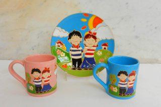 オリジナルデザインの飾り皿とマグカップ